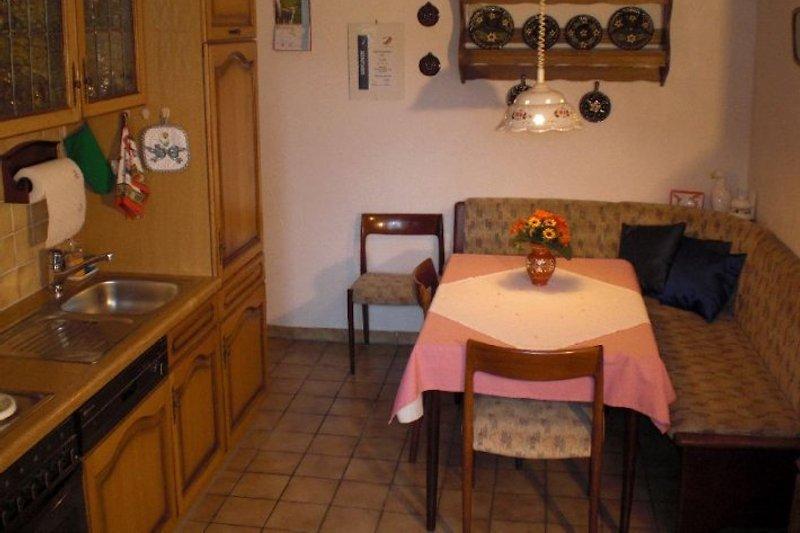 sehr gut eingerichtete Wohnküche
