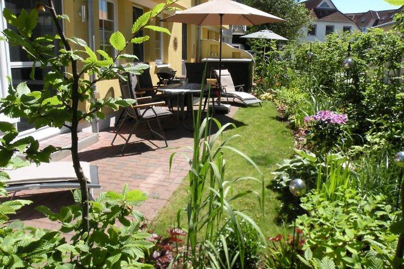 Unsere sonnige Terrasse, blick- und windgeschützt
