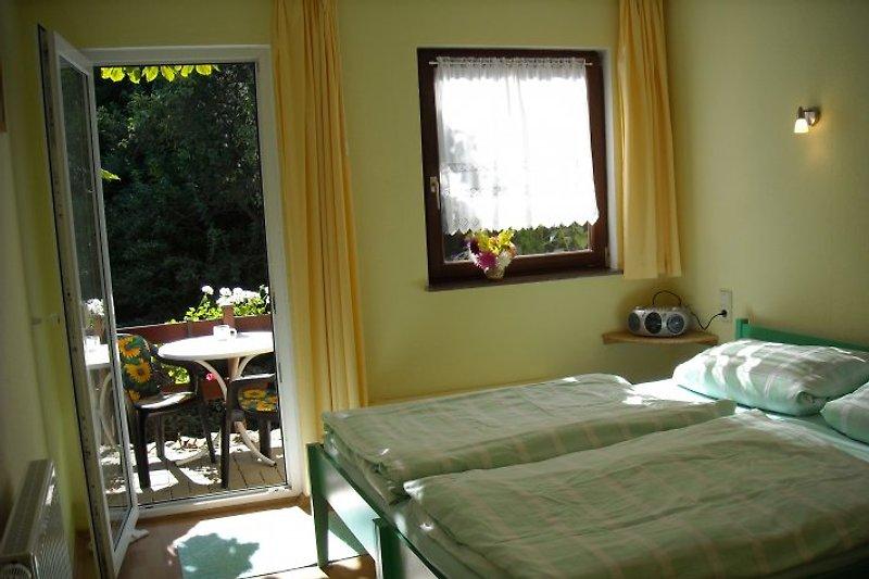 Ferienhaus Schlafraum mit Balkon+ Blick ins Grüne