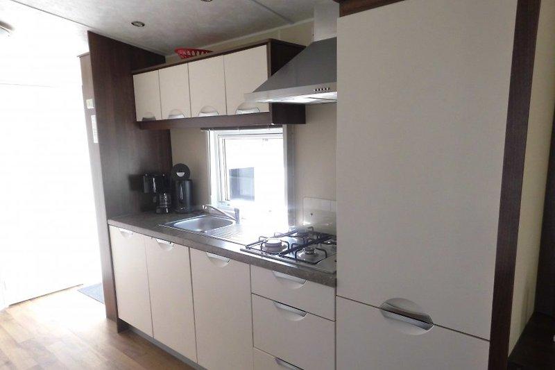 Küche mit großem Kühlschrank und Gefrierschrank