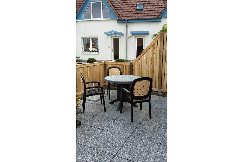 Die neu gestaltete Terrasse vor Ihrem Bungalow