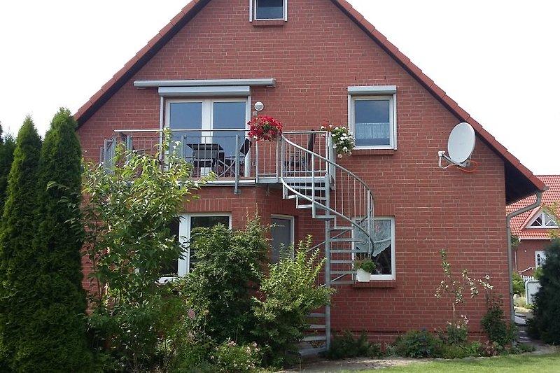 Blick vom Garten auf den Balkon der Wohnung