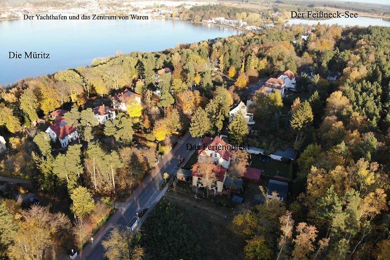 Luftaufnahme vom Haus, mit Blick zum Yachthafen und dem Feißneck-See