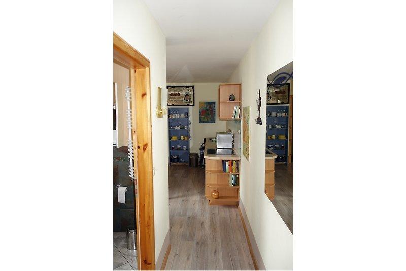 Der Eingang zum Appartement: der Blick zur Küche und links die Tür zum Bad
