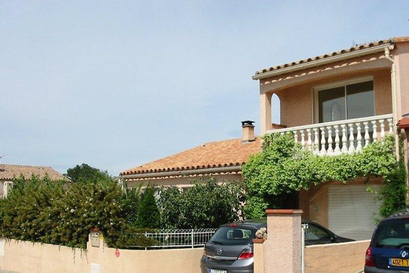 Vor der Villa in Laroque des Albères, mit Jasmin überdachten Balkon, abgeschlossen Garten und Parkplatz