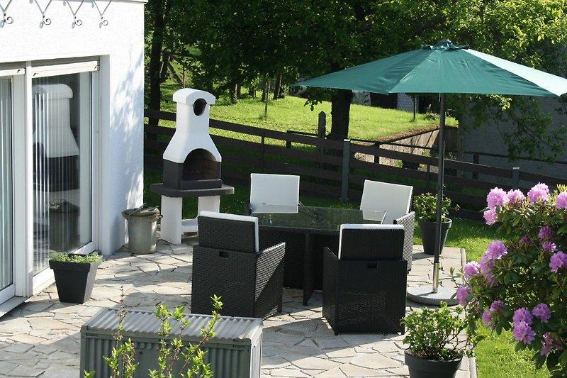 Terrasse mit Grillkamin, hochwertige Terrassenmöbel, große Liegewiese, Gartennutzung