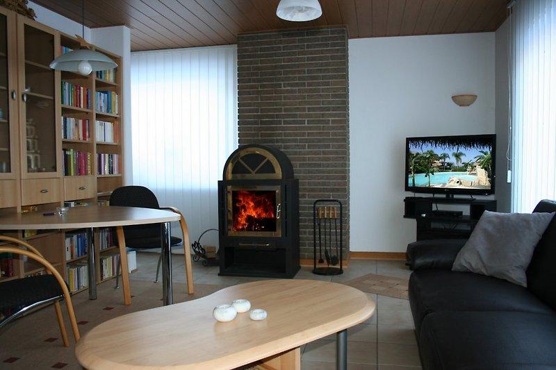 Geräumiger Wohnbereich mit Kaminofen und Flachbild TV