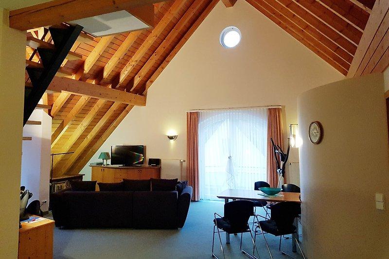 großzügiger und heller Wohnraum im Dachgeschoss