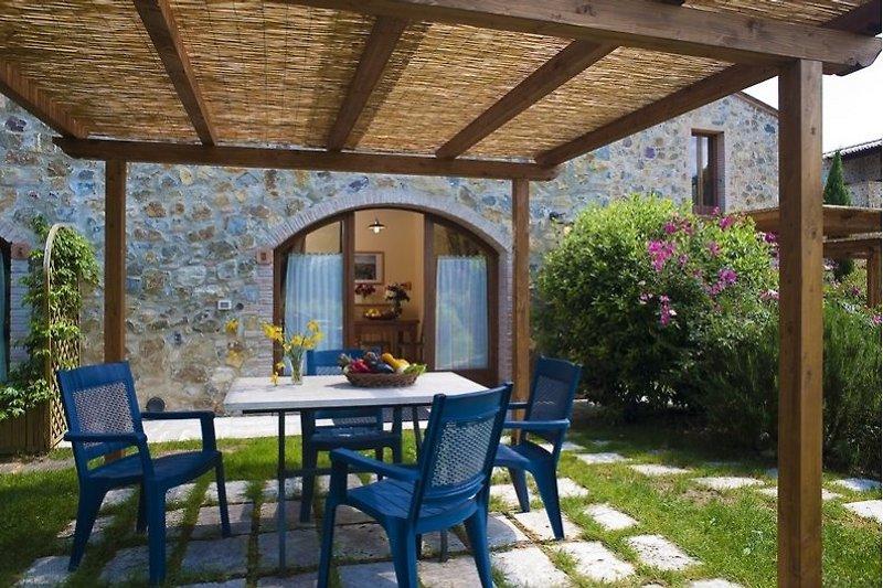 Gemütliche Terrasse mit toskanischem Flair