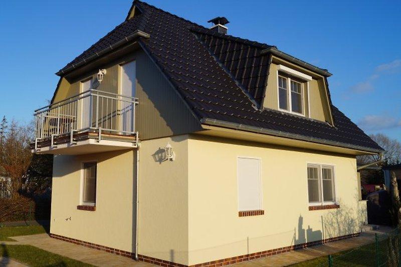 Haus mit Balkon und Parkplatz