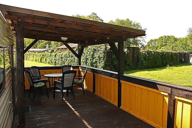 Terrasse mit Grill halb überdacht