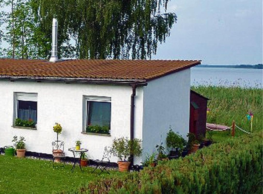 bungalow mit boot und seeblick ferienhaus in dahmen mieten. Black Bedroom Furniture Sets. Home Design Ideas