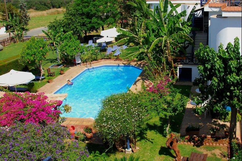 Bay View: Blick vom Balkon eines Apartments zum traumhaft schönen Garten