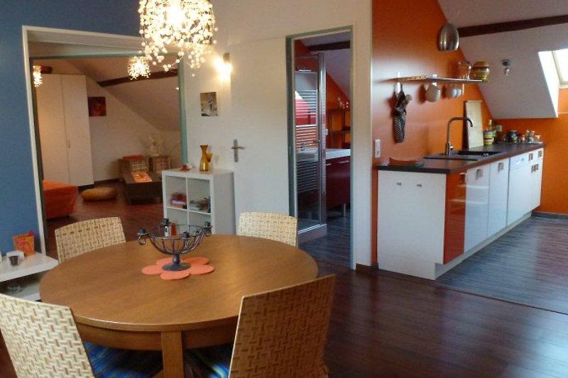 Salon mit Blick ins Wohnzimmer und in die Küche
