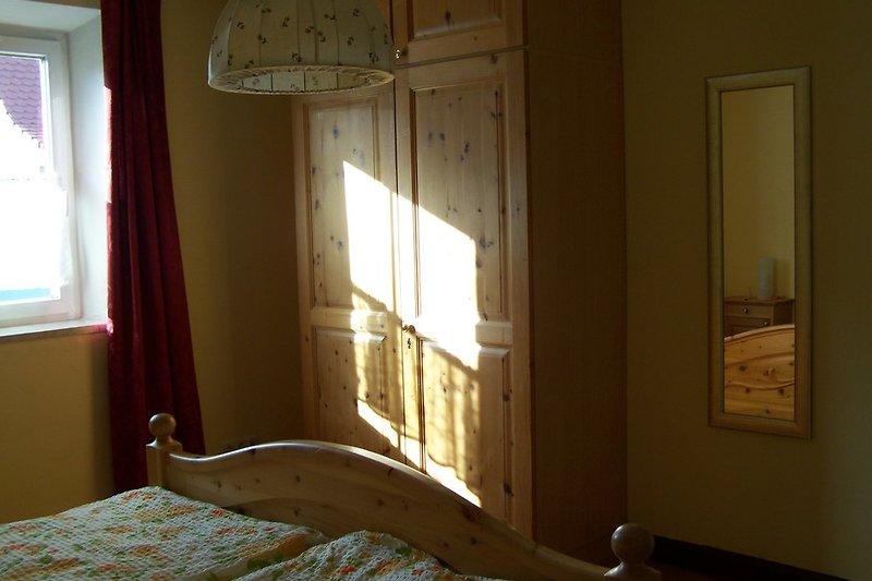 Schrank und Spiegel Schlafzimmer 1