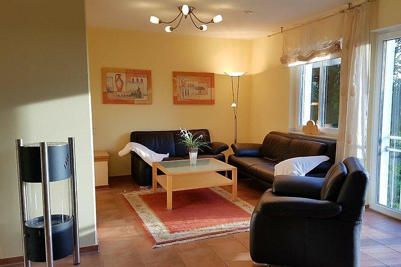 sonnenhelles Wohnzimmer mit Kamin