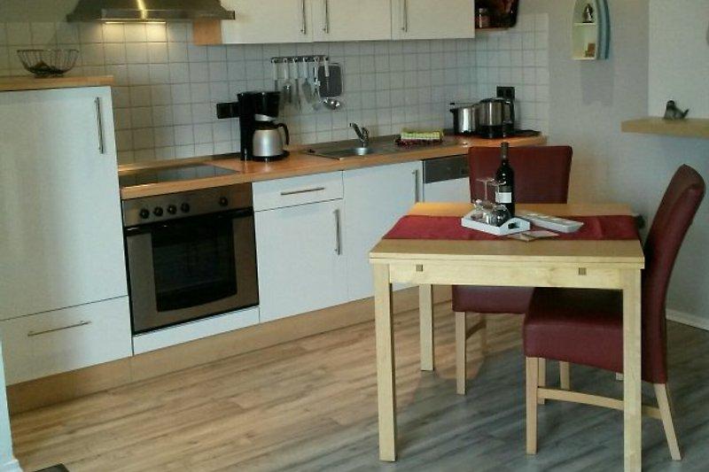 Einbauküche mit Geschirrspüler und Backofen