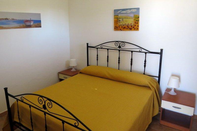 1. Schlafzimmer mit Doppelbett, EG