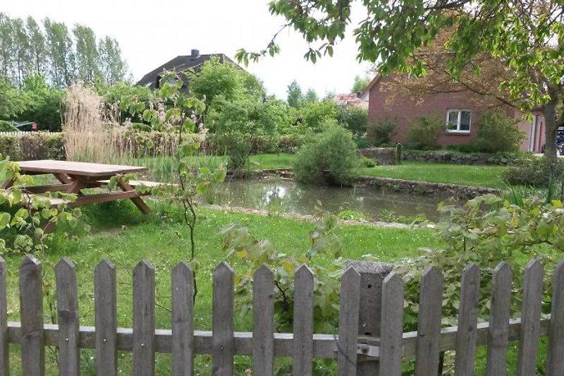 Das umzäunte Grundstück bietet viel Platz zum Spielen und Sonnenbaden.