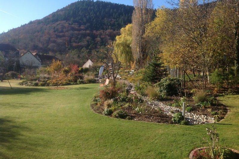 Schöner Blick auf Berg und Garten