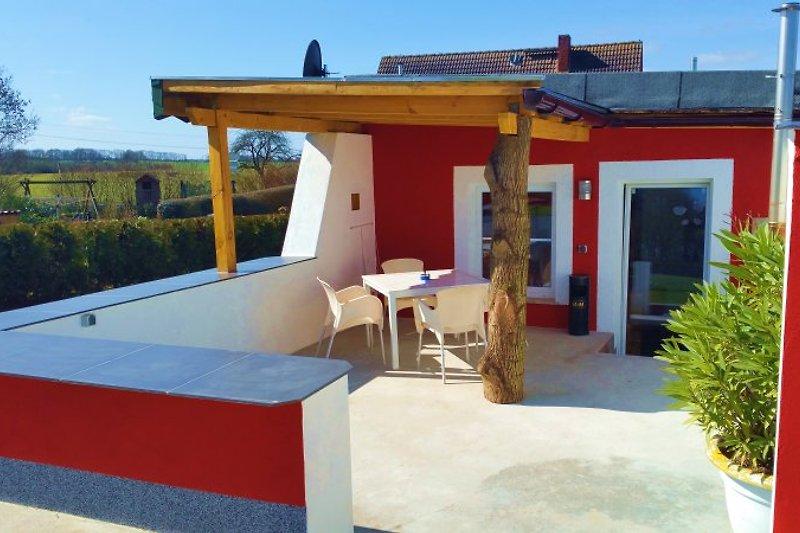 Die Terrasse ist gemütlich, dort kann man entspannen und auch schön grillen