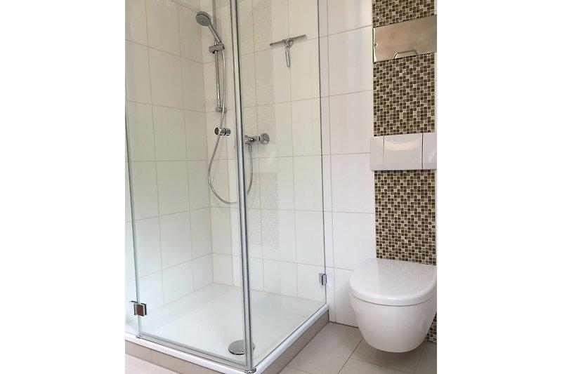 Bad mit Dusche, Waschbecken gegenüber der Dusche