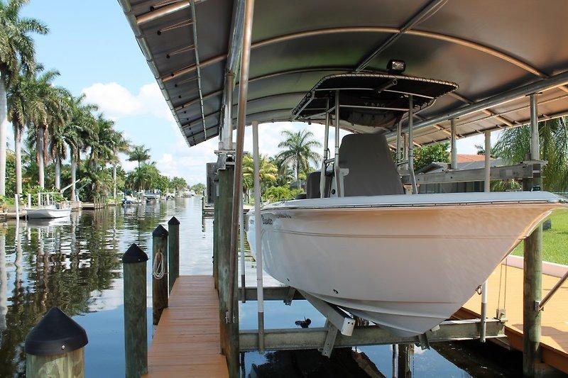 Unser Boot die Sea Fox 216 CC mit 175 PS Außenborder im hauseigenen Boot Lift