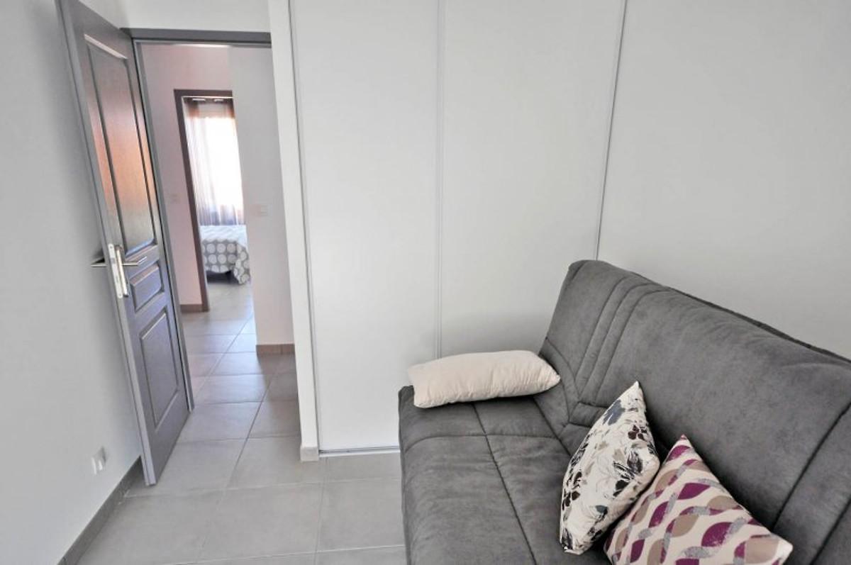 Vakantiehuis direct aan het strand vakantiehuis in sainte marie la mer huren - Moderne slaapkamer met kleedkamer ...