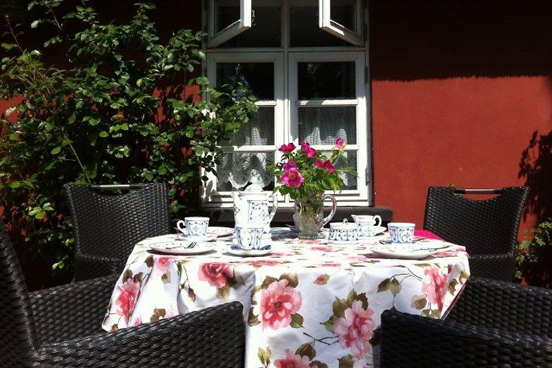 Frühstück auf der sonnigen Terrasse