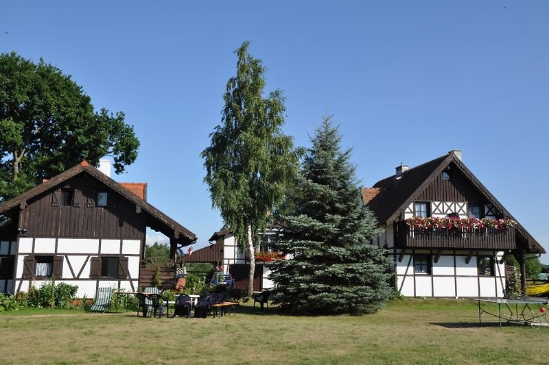 Dabki Village: dabkivillage.com Der Garten mit 2500qm bietet Platz für Sport (Volleyballfeld) und Entspannung. Rechts: Villa Rena