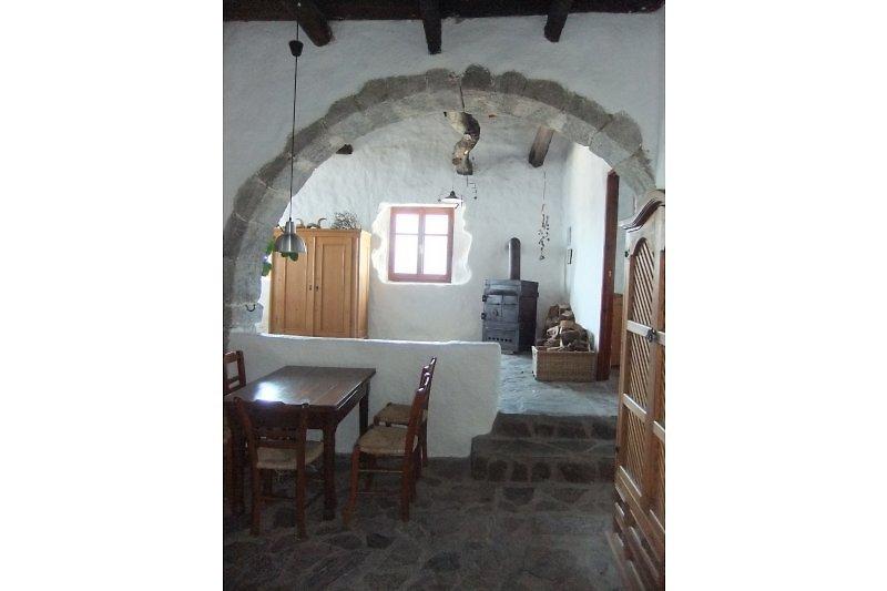 Blick ins Haus vom Eingang  aus mit dem typischen Bogen des Kamara-Hauses