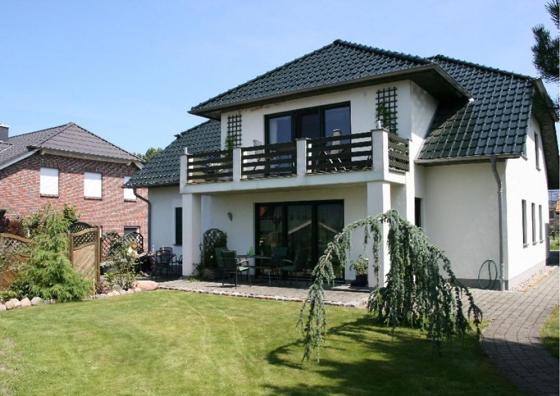 appartement mit terrasse und garten ferienwohnung in. Black Bedroom Furniture Sets. Home Design Ideas