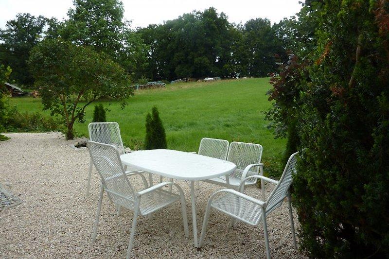 Sitzplatz Garten mit Grill und Bergwiese