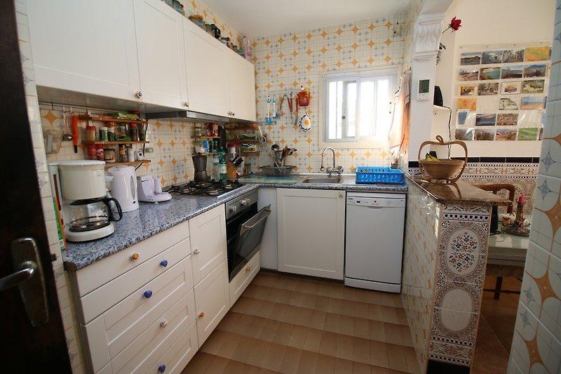 Küche, rechts Essen