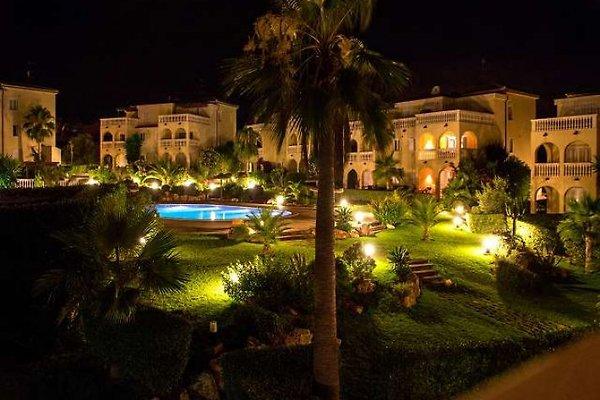 Großer Pool bei Nacht