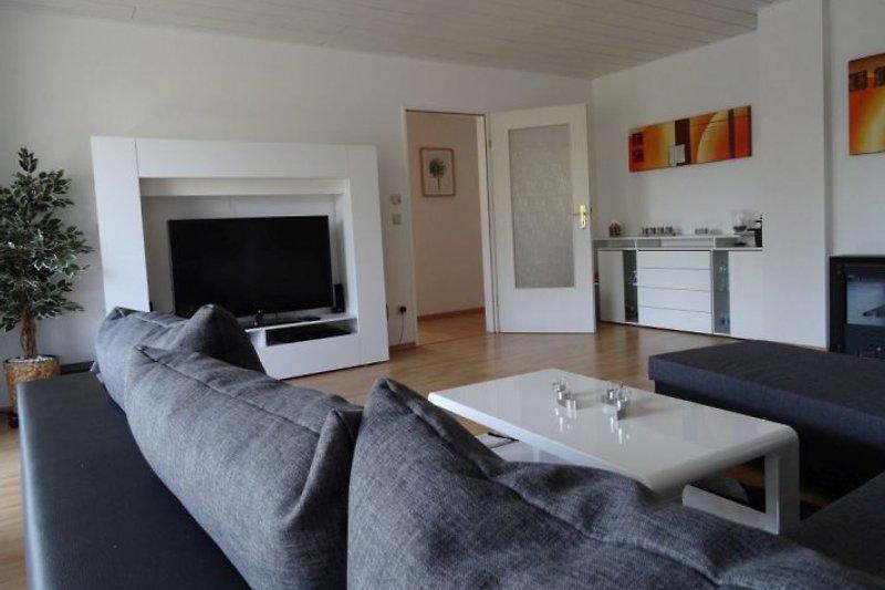 Wohnzimmer  Das Wohnzimmer hat den Zugang zur Loggia und ist gemütlich eingerichtet. Zur Einrichtung gehören 47