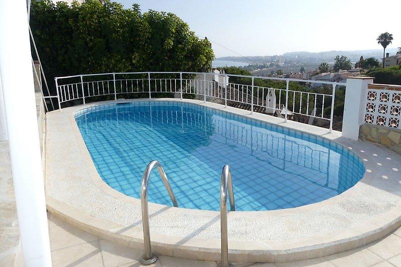 Pool mit Blick in die Bucht von Torre del Mar