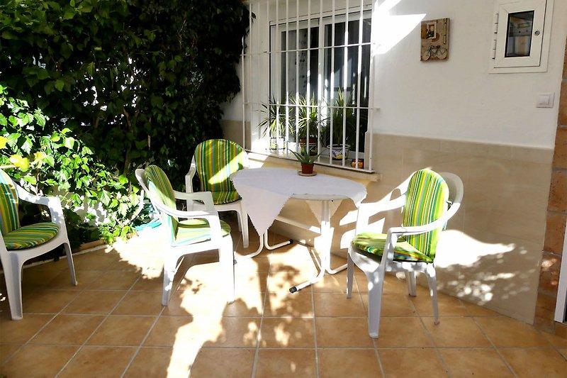 Sitzplatz im grüne Vorgarten
