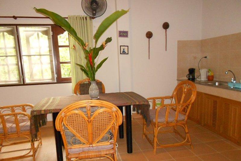 Esstisch mit rattan Stuele  und pantry