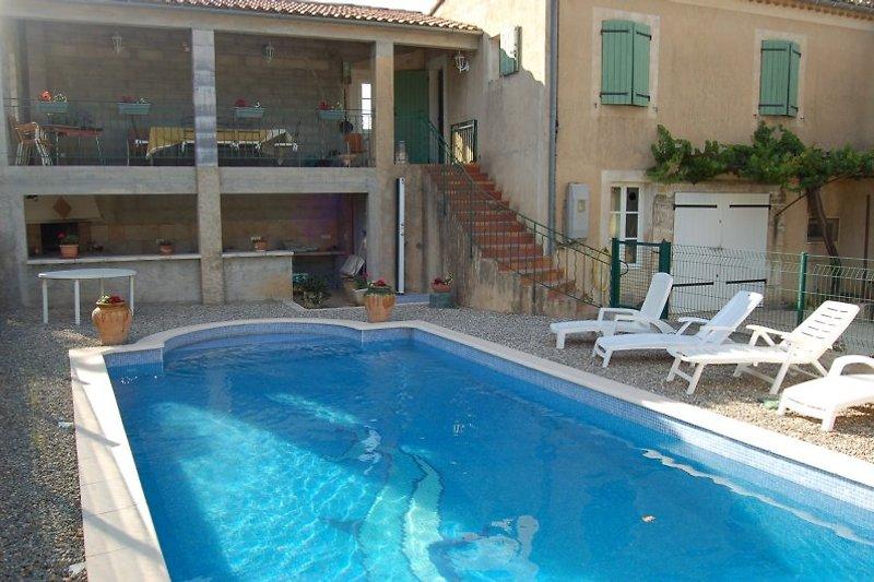 Pool mit Sommerküche