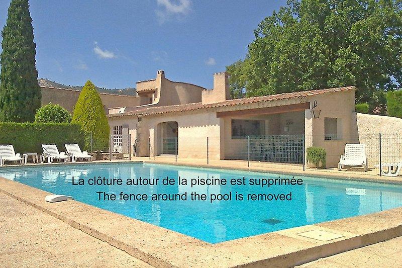 Pool mit Haus