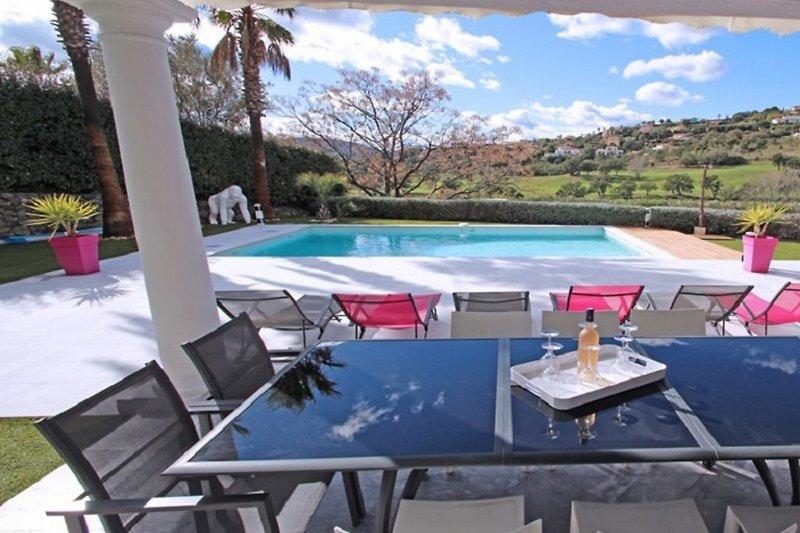 Überdachte Terrasse am Pool