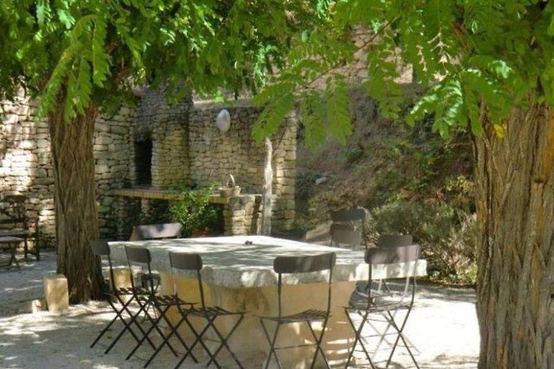 Essplatz mit Steingrill auf der Terrasse