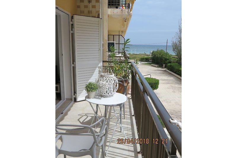 Balkon mit Blick auf Strand und Meer