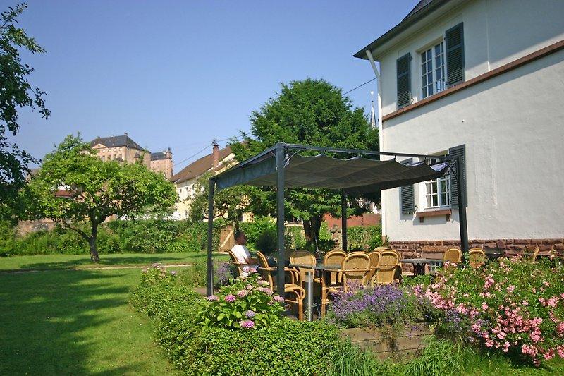 Die Terrasse mit Ausblick auf Schloss Malberg