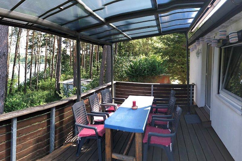 große Terrasse mit Cabiro-Überdachung