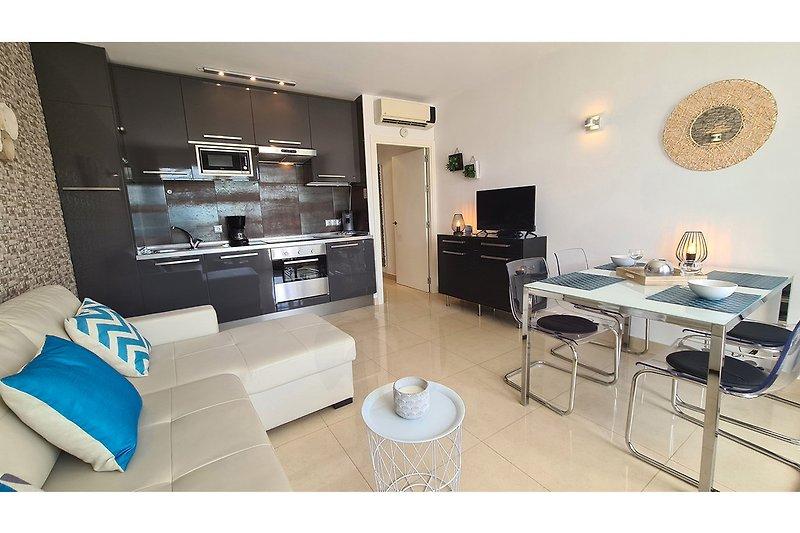 Moderne Einrichtung, sehr großes stylisches Sofa, LCD-TV mit allen deutschen Programmen, Musikanlage, vollausgestattete Küche