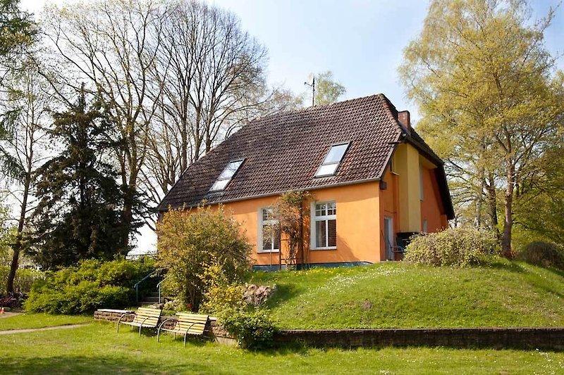 Haus Sonne liegt leicht erhöht inmitten eines riesigen Grundstücks