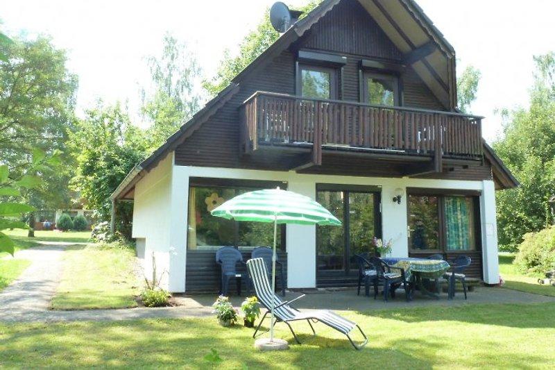 Haus mit Terrasse und Balkon