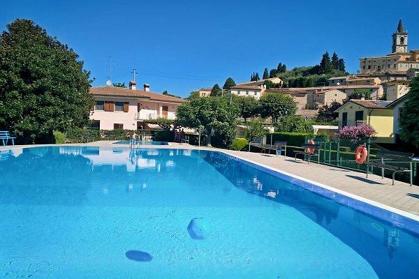Schwimmbad mit Ausblick auf Calmasino, Gardasee